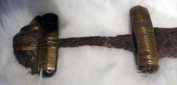 Каролинг Тип D със златна тел за украса на дръжката 750–850, намерени в река Маас до Албюрге, Холандия (Рейксмузеум Ван Удхеден, Лайден)