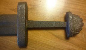 Дръжка на меч от 10-ти век, с характерна налобена глава.