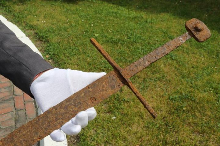 01-medieval-sword.adapt.885.1